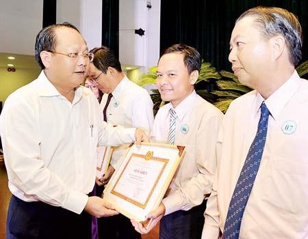 Phó Bí thư Thường trực Thành ủy TPHCM Tất Thành Cang tuyên dương các điển hình Ảnh: VIỆT DŨNG