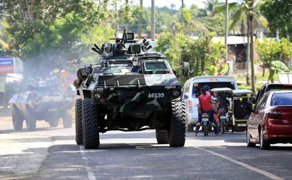 Xe bọc thép quân đội trên đường cao tốc đến TP Marawi, Mindanao, Philippines, ngày 24-5-2017. Ảnh: REUTERS
