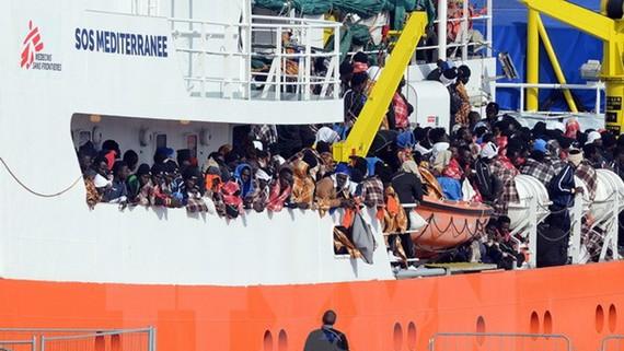 Tàu chở người di cư được cứu trên biển Địa Trung Hải cập cảng Catania thuộc đảo Sicily, Italy ngày 21-3-2017