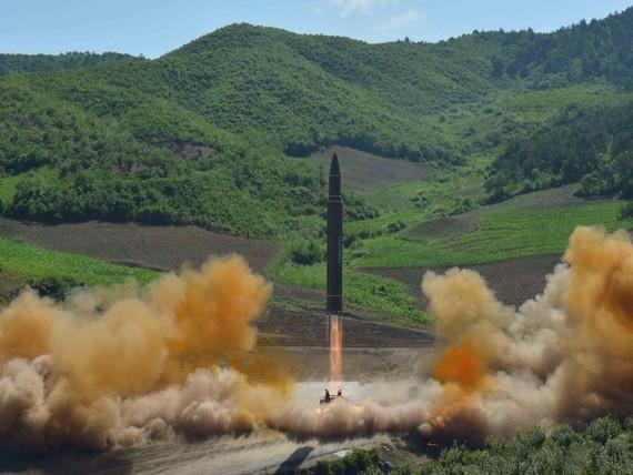 KCNA công bố hình ảnh phóng tên lửa đạn đạo xuyên lục địa (ICBM) Hwasong-14 ngày 4-7-2017