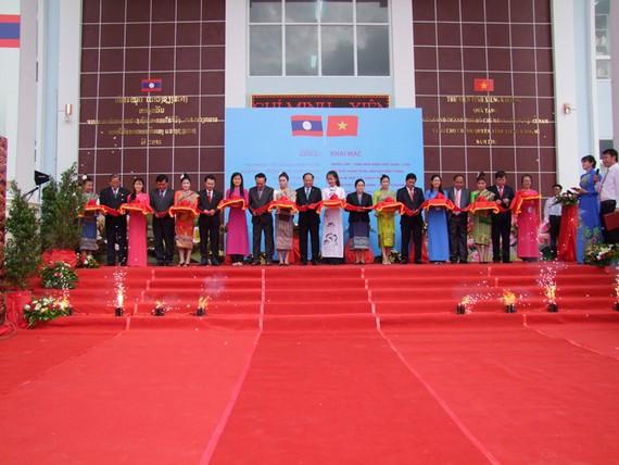 - Lãnh đạo TPHCM và lãnh đạo tỉnh Xiêng Khoảng cắt băng khai mạc triển lãm ảnh