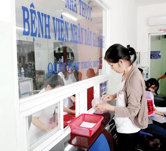 Bệnh nhân có thẻ BHYT nhận thuốc tại Bệnh viện Nhân dân Gia Định. Ảnh: HOÀNG HÙNG