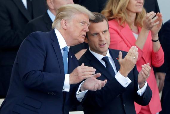 Tổng thống Mỹ Donald Trump và người đồng cấp Pháp Emmanuel Macron trò chuyện vui vẻ. Photo Courtesy: Reuters