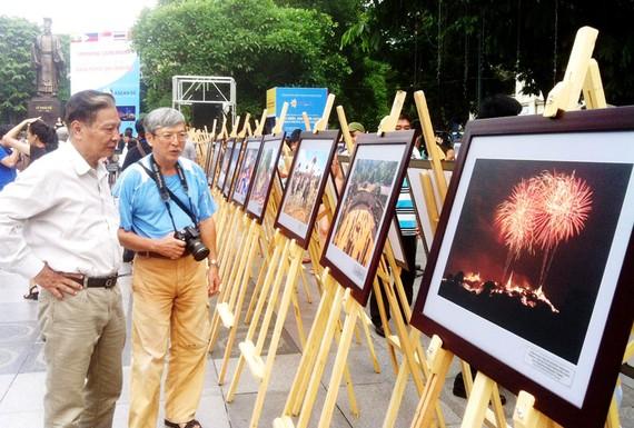 Khách tham quan triển lãm                                          Ảnh: Hoàng Hùng