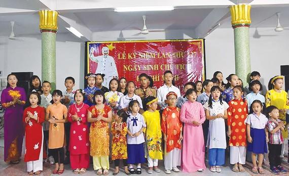 Các cháu bé ở Udon Thani đồng ca bài  Ai yêu Bác Hồ Chí Minh hơn thiếu niên nhi đồng