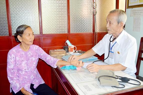 Lương y Trịnh Hữu Phúc đang khám bệnh nhân nghèo