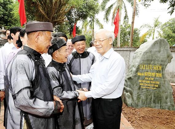 Tổng Bí thư Nguyễn Phú Trọng thăm hỏi nhân dân xã Lý Học, huyện Vĩnh Bảo, TP Hải Phòng
