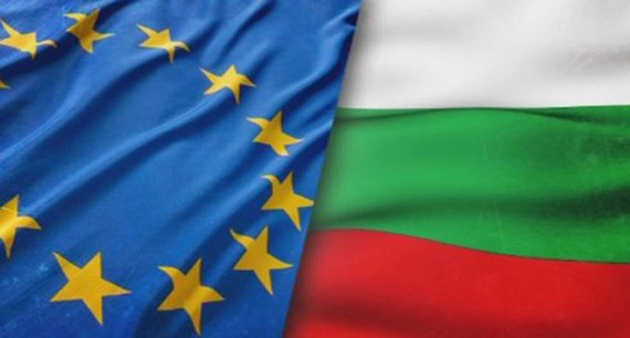 Cờ EU và Bulgaria. Ảnh: Balcaniacaucaso.