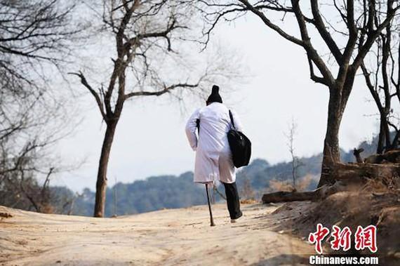 Tấm lòng của một bác sĩ khuyết tật