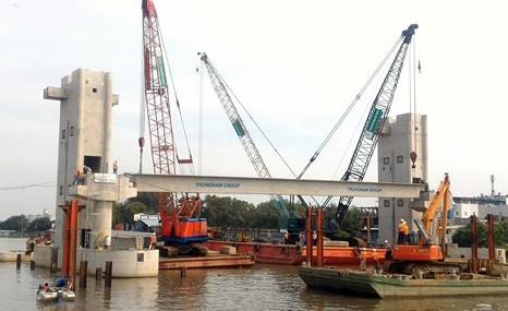 Gác dầm chuẩn bị cho việc lắp cửa van và hệ thống vận hành, đưa cống ngăn triều Phú Xuân vào hoạt động