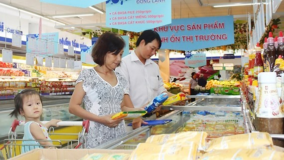 Người dân chọn mua thực phẩm BOTT tại siêu thị ảnh: Thanh Tấn