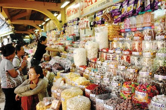 Đa dạng các mặt mứt tết bán tại các chợ truyền thống         Ánh: VIÊN VIÊN