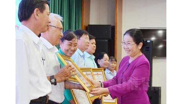 Phó Bí thư Thành ủy TPHCM Võ Thị Dung trao Bằng khen cho các tập thể, cá nhân tại hội nghị. Ảnh: hcmcpv
