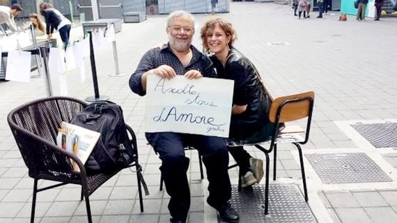 """Ông Salvino Sagone với tấm bảng """"Tôi lắng nghe câu chuyện tình của bạn"""""""