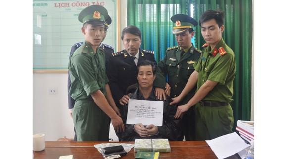 Bắt đối tượng vận chuyển 2 bánh heroin từ Lào về Việt Nam