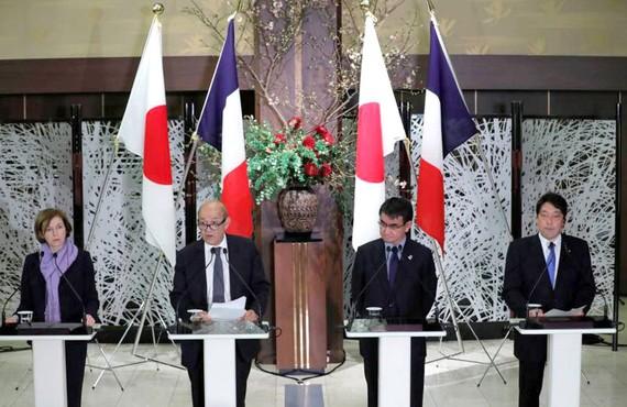 Bộ trưởng Quốc phòng Pháp Florence Parly (bìa trái) trong cuộc gặp với Bộ trưởng Quốc phòng Nhật Bản Itsunori Onodera (bìa phải)