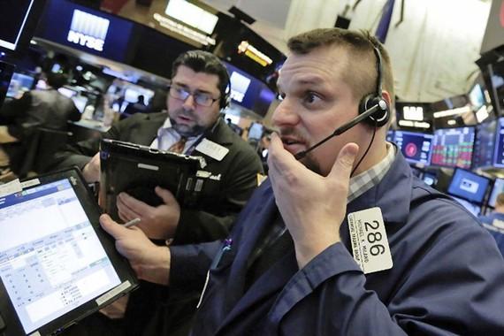 Nhân viên giao dịch theo dõi chỉ số tại sàn giao dịch chứng khoán New York