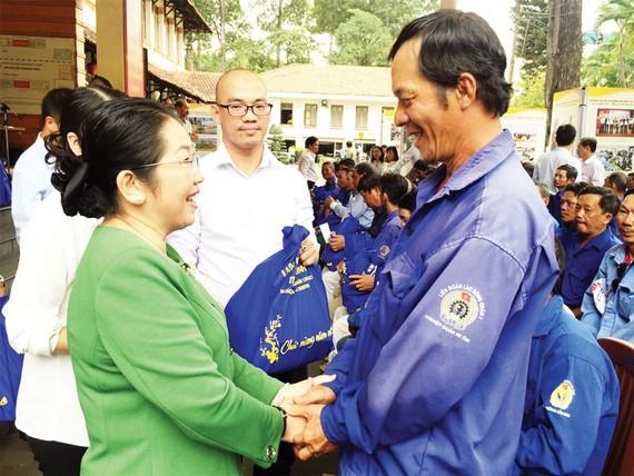 Đồng chí Võ Thị Dung thăm hỏi, tặng quà thành viên nghiệp đoàn xe ôm