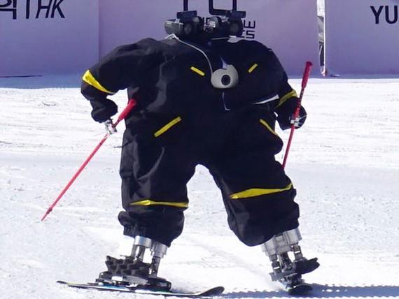 Thi robot trượt tuyết đầu tiên trên thế giới