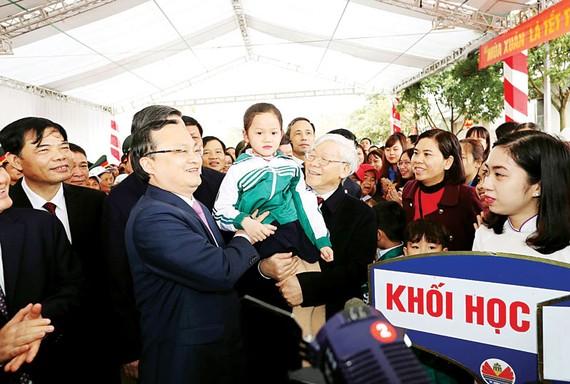 Tổng Bí thư Nguyễn Phú Trọng với nhân dân và các cháu học sinh tại Tết trồng cây ở tỉnh Hưng Yên