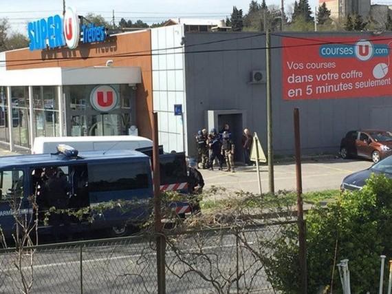 Cảnh sát phong tỏa hiện trường vụ nổ súng bắt giữ con tin tại siêu thị ở Trebes. (Ảnh: Reuters/TTXVN)