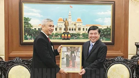 Chủ tịch UBND TPHCM Nguyễn Thành Phong tiếp ông Hanif Salim. Ảnh: hcmcpv