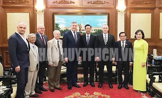 Phó Chủ tịch HĐND TP Phạm Đức Hải (thứ 4 từ phải qua) tiếp đoàn nghị sĩ hữu nghị Romania - Việt Nam. Ảnh: thanhuytphcm.vn