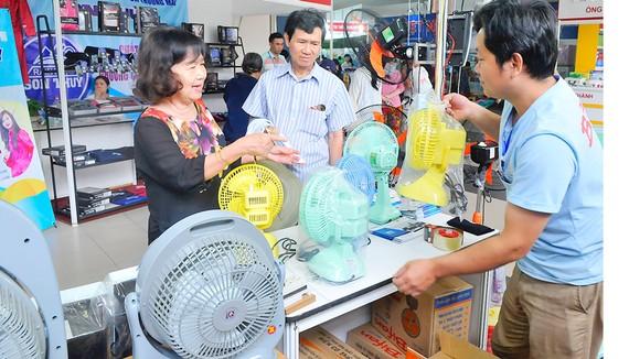 Người tiêu dùng chọn mua quạt điện Bifan sản xuất trong nước      Ảnh: CAO THĂNG