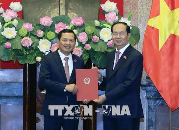 Chủ tịch nước Trần Đại Quang trao Quyết định bổ nhiệm Phó Chánh án Tòa án nhân dân Tối cao cho ông Nguyễn Văn Du. Ảnh TTXVN