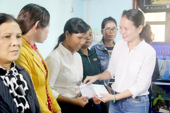 Đại diện Báo SGGP trao học bổng cho các cô đỡ thôn bản ở Tây Nguyên