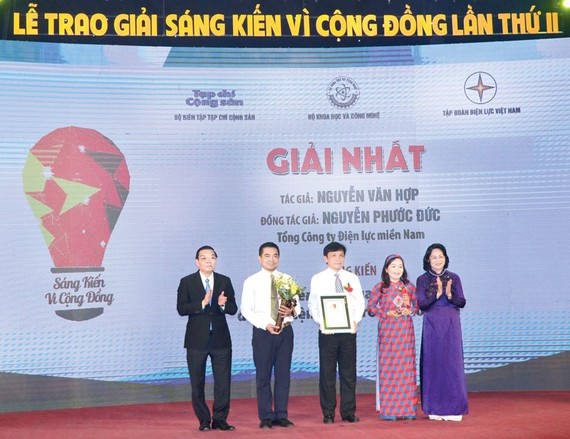 """Đại diện nhóm tác giả của EVN SPC được trao nhận giải nhất trong cuộc thi """"Sáng kiến vì cộng đồng"""" lần 2"""