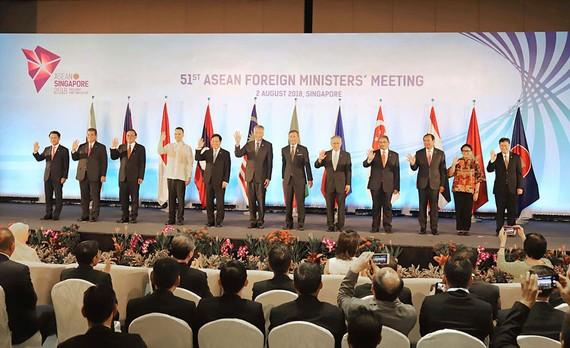 Thủ tướng nước chủ nhà Lý Hiển Long và Bộ trưởng Ngoại giao 10 quốc gia ASEAN