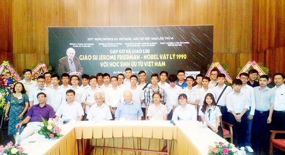 Các đại biểu, giáo sư, nhà khoa họccùng những học sinh ưu tú Việt Nam