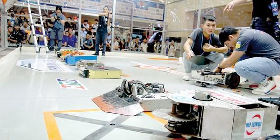 Ban tổ chức kiểm tra các robot tham gia giải đấu
