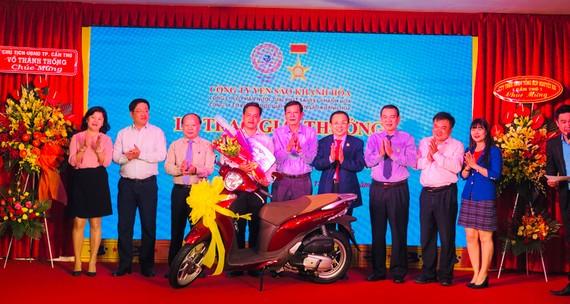 Ban lãnh đạo Công ty Yến Sào Khánh Hoà trao thưởng cho khách hàng trúng thưởng xe máy Honda SH Mode. Ảnh: HỒNG MINH