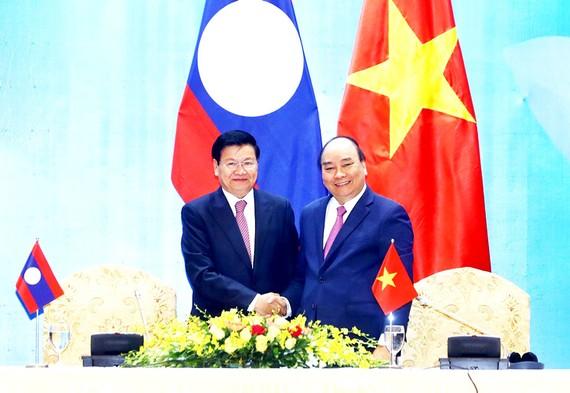 Thủ tướng Nguyễn Xuân Phúc và Thủ tướng Lào Thongloun Sisoulith   Ảnh: TTXVN