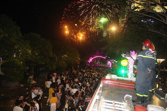 Một đêm bảo vệ lễ bắn pháo hoa của các chiến sĩ Cảnh sát PCCC, Công an TPHCM