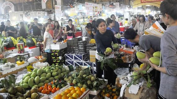 Mua bán trái cây tại chợ         Ảnh: THÀNH TRÍ