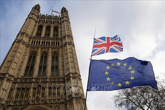 Cờ Anh và cờ EU tại thủ đô London, Anh, ngày 9/1/2019. Ảnh: THX/TTXVN