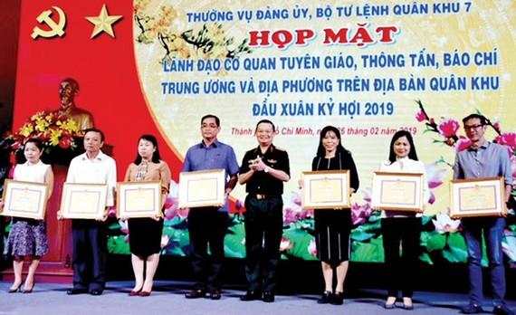 Trung tướng Trần Hoài Trung tặng bằng khen các đơn vị tuyên giáo, báo chí