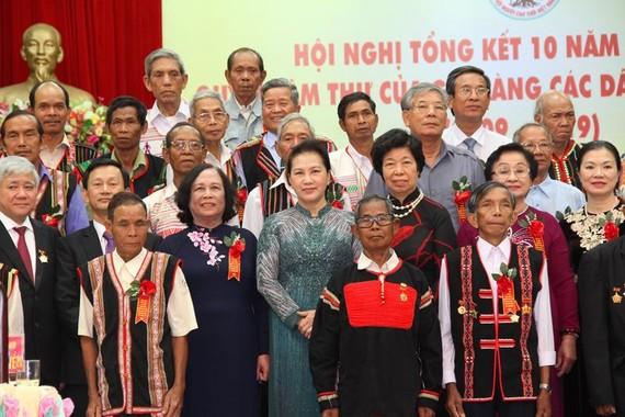Chủ tịch Quốc hội Nguyễn Thị Kim Ngân với các già làng tại hội nghị