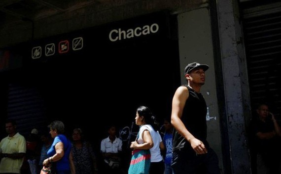 Tàu điện ngầm tại thủ đô Caracas ngừng hoạt động vì mất điện ngày 25.3 - Ảnh: Reuters