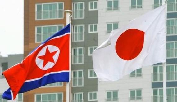 Quốc kỳ Triều Tiên (trái) và Nhật Bản. Ảnh: Nikkei.