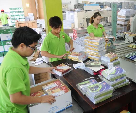 Sản xuất tập học sinh cung ứng bình ổn thị trường tại một đơn vị Ảnh: CAO THĂNG
