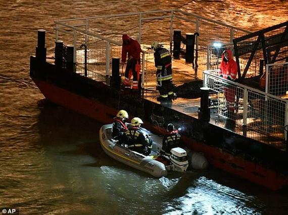 Tàu cứu hộ tìm kiếm người mất tích. Ảnh: AP