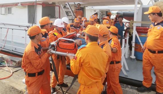 Tàu SAR 272 cập cảng Vũng Tàu, đưa thuyền viên lên bờ cấp cứu