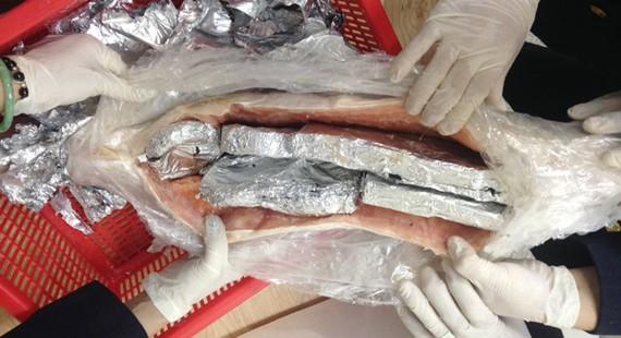 Bắt hơn 4kg sản phẩm động vật hoang dã giấu trong bụng cá hồi