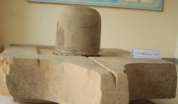 Bộ Linga-Yoni thuộc loại lớn nhất Chămpa hiện nay. Ảnh: Nguyễn Trang