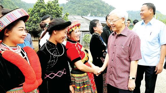 Tổng Bí thư Nguyễn Phú Trọng thăm hỏi cán bộ, nhân dân xã Sĩ Bình, huyện Bạch Thông, tỉnh Bắc Kạn