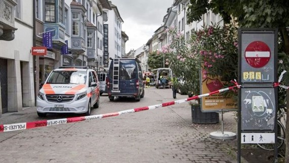 Cảnh sát Thụy Sĩ phong tỏa hiện trường vụ tấn công ở TP Schaffhausen ngày 24-7-2017. Ảnh: EPA